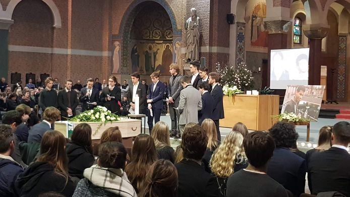 Sanda's vrienden nemen het woord in de basiliek.