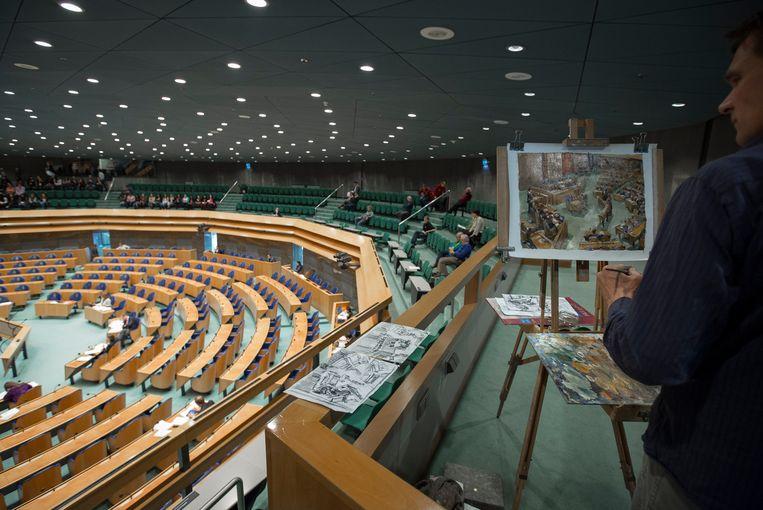 Kunstenaar Hans Versfelt schilderde in 2013 vanaf de publieke tribune de plenaire zaal van de Tweede Kamer. Beeld Hollandse Hoogte / Bart Maat