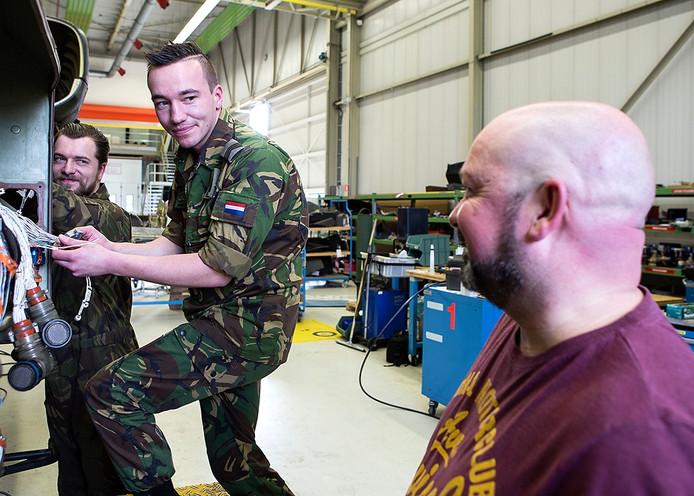 Monteurs Roel van der Sloot (links), Milco Jager (midden) en 'coördinator' Geert Maas aan het werk in de onderhoudshangar op luchtmachtbasis Woensdrecht.