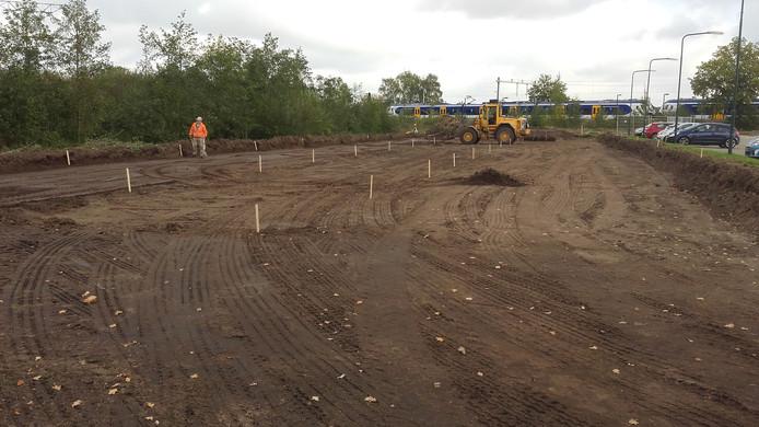 Op de parkeerplaats bij Station Maarheeze wordt het afgegraven stuk wordt geëgaliseerd.