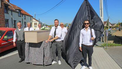 Bewoners Overdorp-Schepenijsel nemen afscheid van oude straat met ludieke rouwstoet