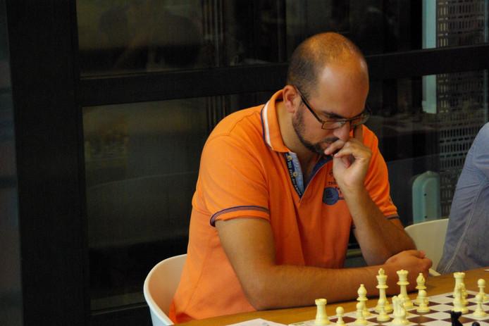 Ruud Janssen in actie op het Arnhems schaakkampioenschap.