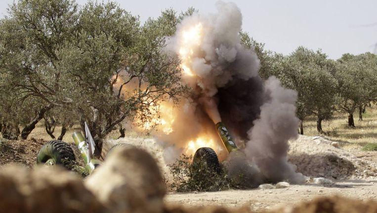 Strijders van het Vrije Syrische Leger vechten tegen troepen van de Syrische president Assad. In Portugal is een Nederlander opgepakt die in Syrië een training zou hebben gehad. Beeld reuters