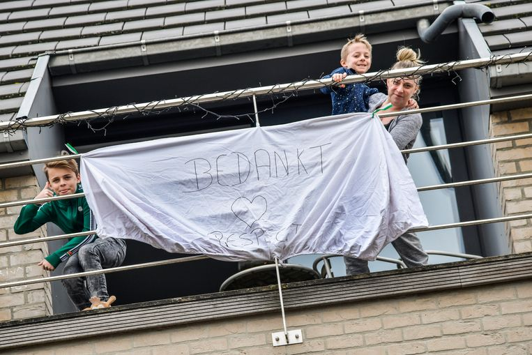 In de Rosstraat in Dendermonde wordt vanop het balkon een dikke dankjewel de wereld ingestuurd.