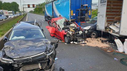 E313 richting Antwerpen volledig versperd na zwaar ongeval