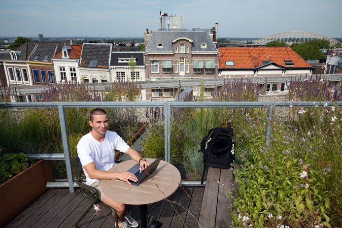 De Nijmeegse ondernemer Daan Scholten heeft voldoende aan zijn laptop.