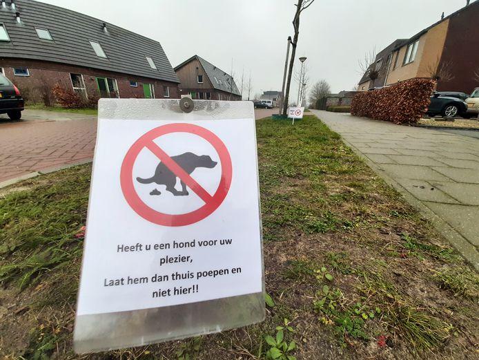 Met bordjes in de berm wijzen de bewoners van de Ringmus hondenbezitters op hun verantwoordelijkheid om de poep van hun huisdier op te ruimen.