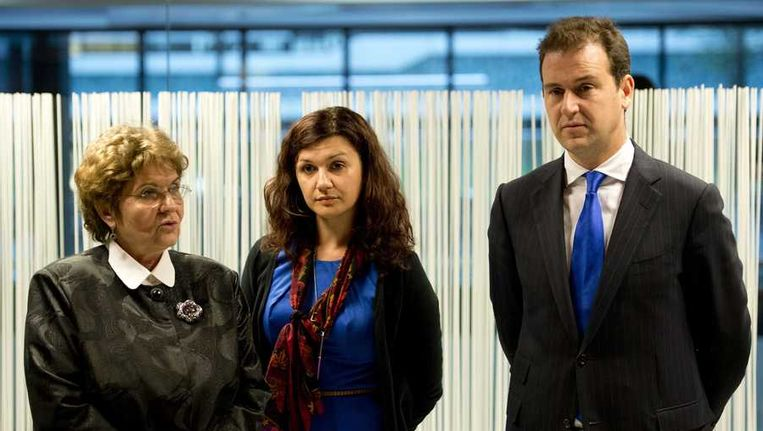 Mariana Campeanu, de Roemeense minister van Arbeid, een tolk en minister Lodewijk Asscher van Sociale Zaken tijdens een top over EU-migratie. Aanleiding voor de bijeenkomst was het openstellen van de Nederlandse arbeidsmarkt voor Roemenen en Bulgaren op 1 januari volgend jaar. Beeld anp