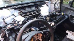 Dieven strippen gloednieuwe auto: dashboard, claxon en radio moesten eraan geloven