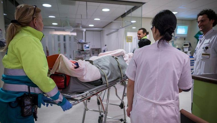 Een patiënt wordt de spoedeisende hulp van het OLVG binnengebracht Beeld Rink Hof