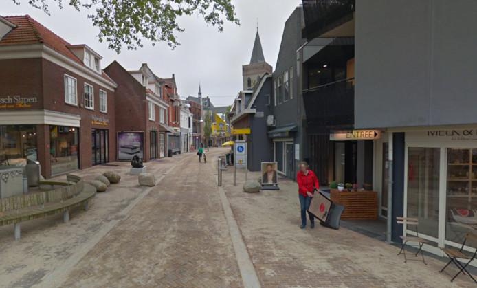De Grotestraat met de toegangspaal aan het begin van het voetgangersgebied.