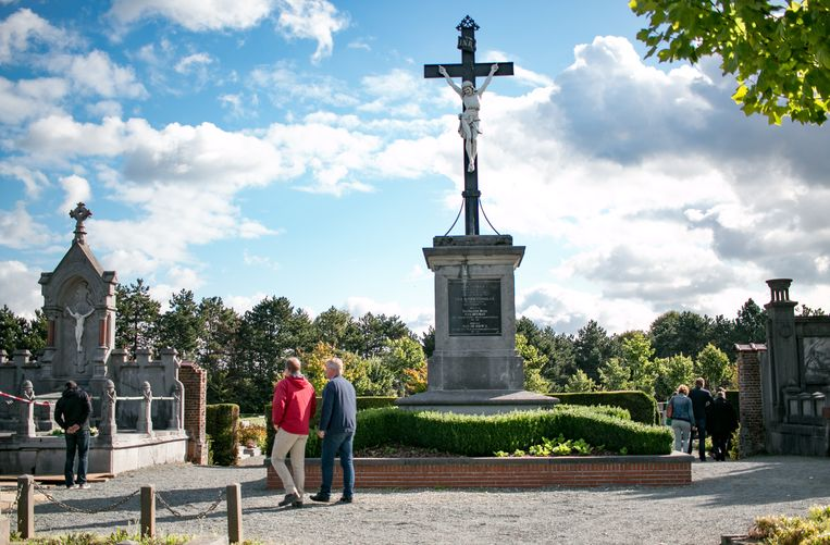 """""""Het is uitzonderlijk dat zoveel graven op een regulier kerkhof bescherming kregen"""", aldus burgemeester De Ryck."""
