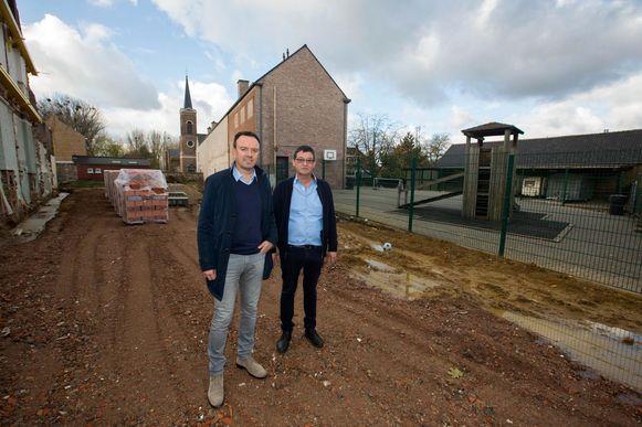Schepen van onderwijs Bruno Steegen en directeur Guy Brepoels op de plaats waar de nieuwbouw komt.