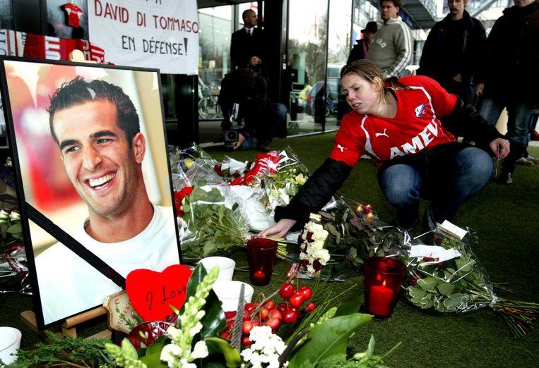 2005: Bloemen bij het FC Utrecht-stadion na het overlijden van speler David di Tomasso. Beeld ANP