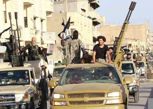 Het tijdschrift staat vol met foto's van strijdende IS-leden en vol aanstootgevende foto's van hun dode slachtoffers.