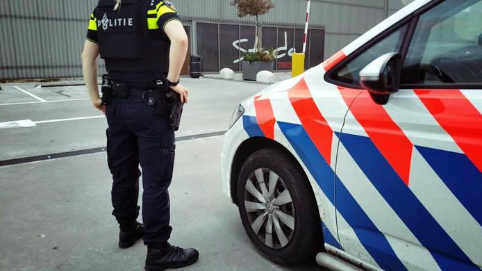 Een politieman neemt poolshoogte bij Stadabreda.