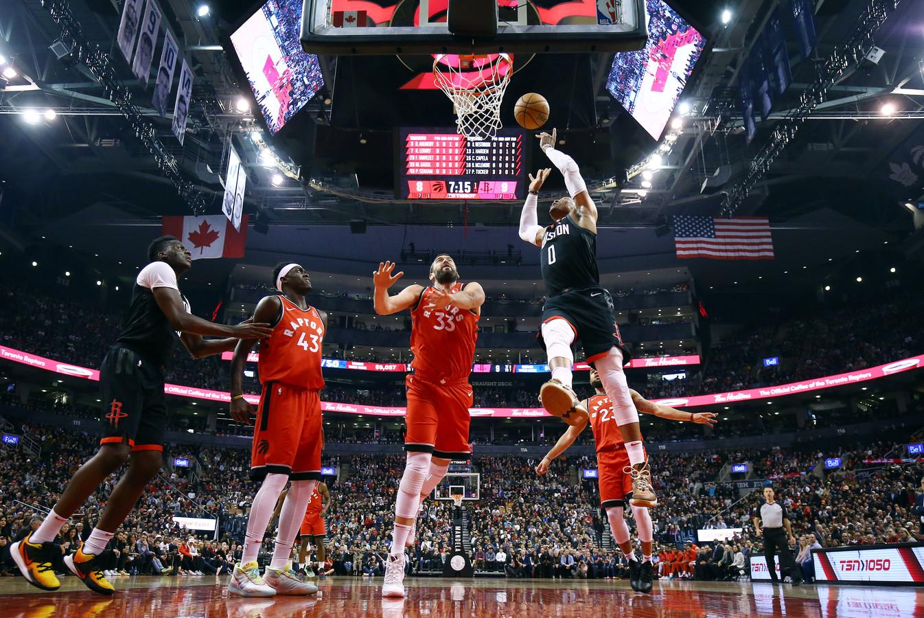 Russell Westbrook (r) gaat richting de basket. Marc Gasol (m) probeert een treffer te voorkomen.