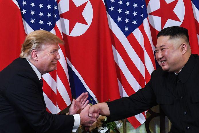 De Amerikaanse president Donald Trump (links) en de Noord-Koreaanse leider Kim Jong-un tijdens hun ontmoeting in februari 2019 in Hanoi.