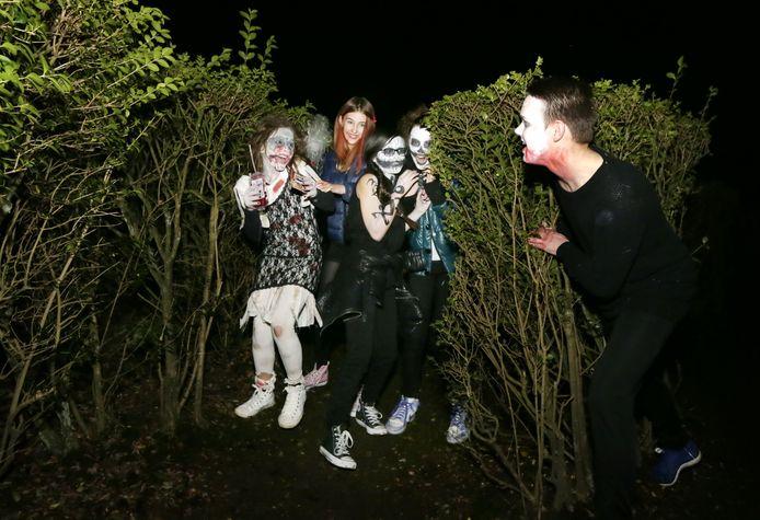 Meisjes worden aan het schrikken gemaakt in het doolhof tijdens Halloween in het Roosendaalse Vrouwenhofpark.