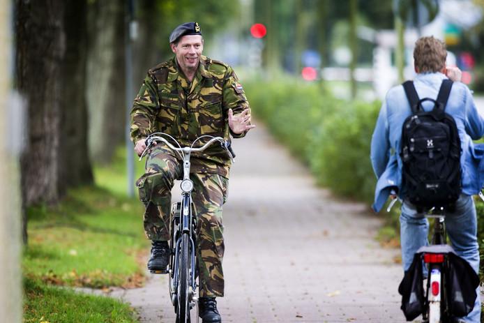 Militairen willen op straat gewoon weer hun uniform dragen.
