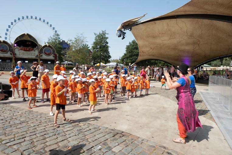 De kinderen van de Buitenschoolse Kinderopvang (BKO) van Rumst voeren een dansje op.