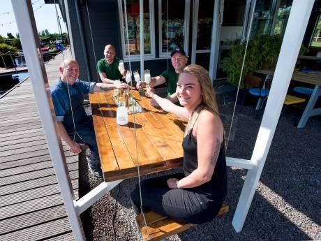 Dineren met vier vrienden op terras?  Met deze schommeltafel kan het wél!