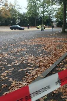 Politie raapt lege hulzen van de grond na schietincident bij Stadspaviljoen in Eindhoven