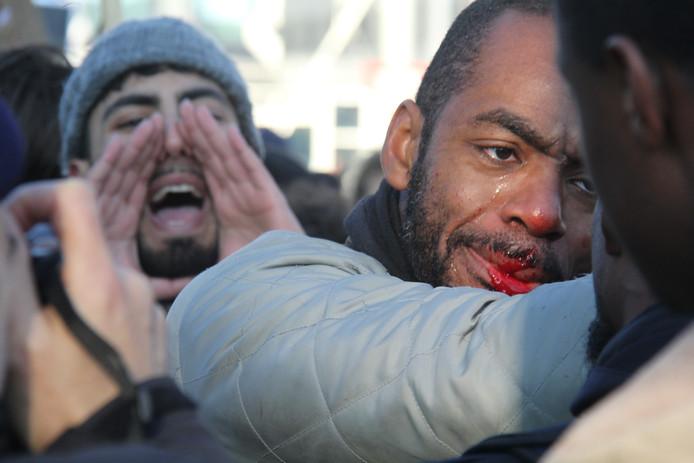 Een van de actievoerders raakte gewond, toen de politie ingreep na het gooien van vuurwerk naar de anti-Zwarte Piet demonstranten