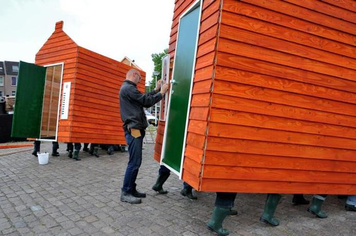 Sander van Bussel in de weer met de Niet Thuis Huizen, in 2011 stonden ze nog in de Piushaven. Nu zijn ze op zoek naar twintig nieuwe 'bewoners'.