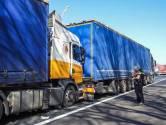 Weer raak op A2/A67 bij Eindhoven: voertuig op z'n kant na ongeluk en vrachtwagens botsen in file