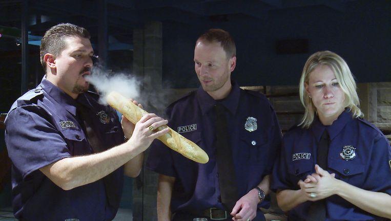 Marco Schmitt's Xterminating Badges, te zien in het politiehoofdkantoor Beeld