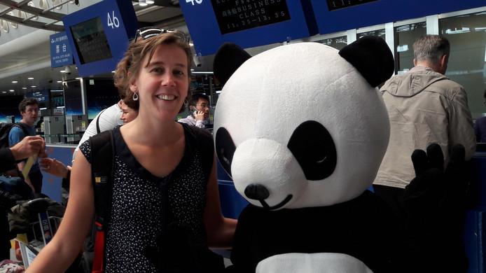 Verslaggeefster Freke Remmers op het vliegveld in China.