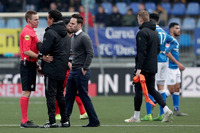 Scheidsrechter Laurens Gerrets (l) overlegt met de coaches Ricardo Moniz en Erik van der Ven.