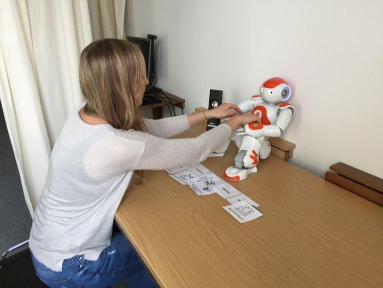 Een testpersoon grijpt naar de robot om hem af te zetten.