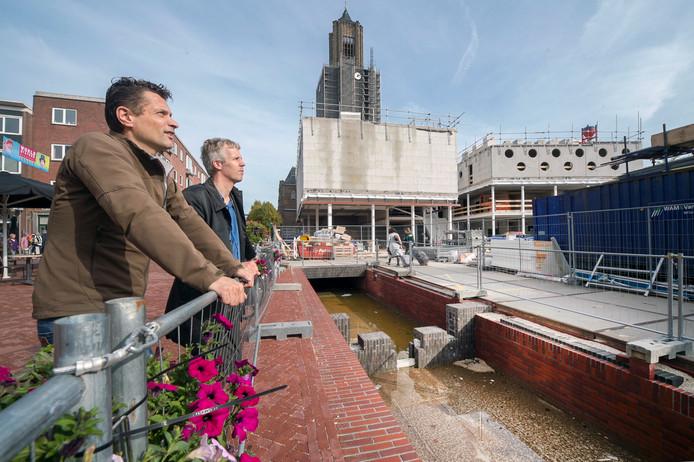 Het nieuwe Kerkplein in Arnhem: op de voorgrond de Jansbeek en op de achtergrond het filmhuis (linksonder het horecabedrijf). Bij het hek: Theo Reesink en Ronald van Dijk (voorgrond)