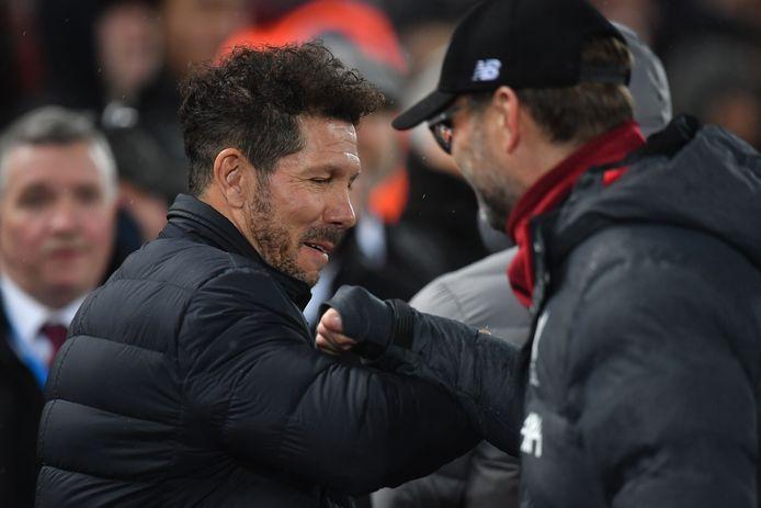 Atlético-coach Diego Simeone (l) Liverpool-collega Jürgen Klopp begroeten elkaar.