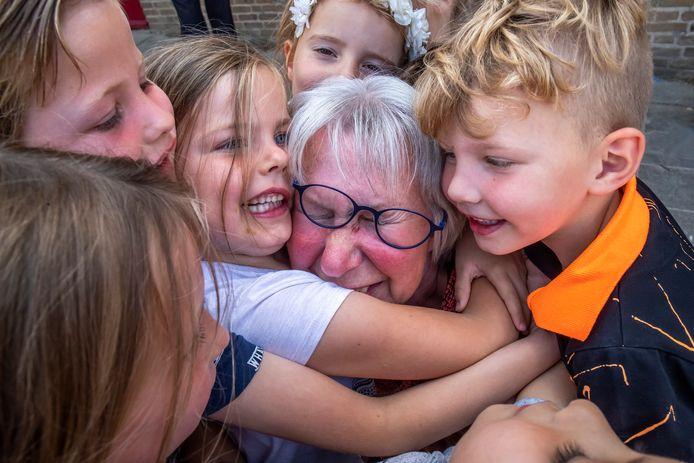Juf Anke neemt na 47 jaar afscheid van de Utrechtse basisschool St. Jan de Doper en haar kleuters.