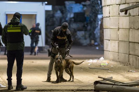 Arrestatieteam houdt die maandagavond 8 januari drie verdachten, politie vindt 40 kilo cocaine in container.