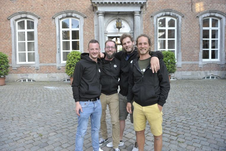 De vier presentatoren op het binnenplein van het kasteel.