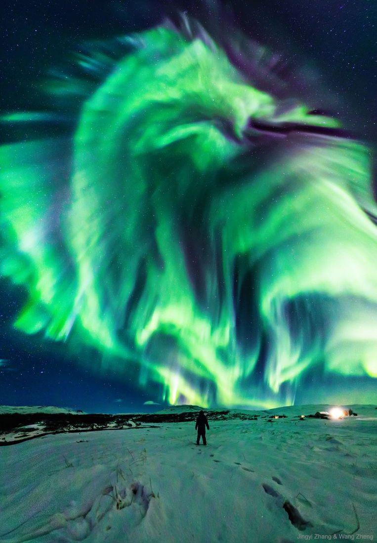 De indrukwekkende foto van het drakenpoollicht boven IJsland.