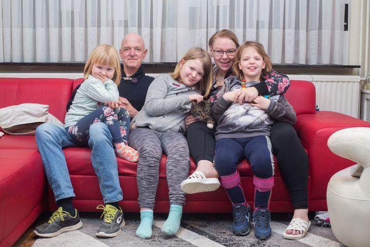Papa, mama, nichtje Lena, tweelingzus Sara en rechts Sofie.