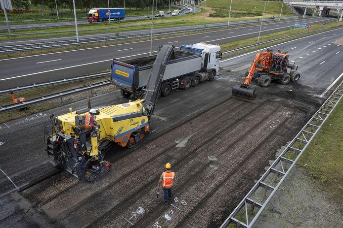 Wegwerk aan de A2, hier bij knooppunt Holendrecht. Bewust vindt veel werk tijdens de zomervakantieperiode plaats, om mogelijk hinder te beperken.