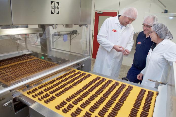 De productie van rumbonen in de snoepfabriek van Donkers in Dieren op archiefbeeld.