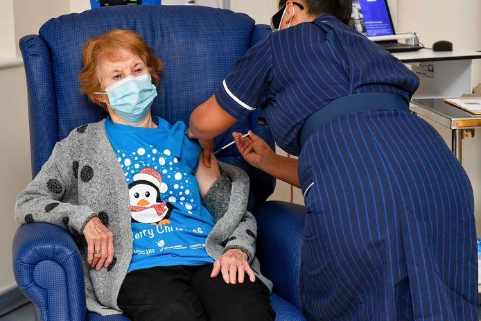 Archiefbeeld van 8 december: toen kreeg Margaret Keenan als allereerste het Pfizer-vaccin toegediend in het VK. Vandaag (drie weken later) heeft de kranige dame haar tweede dosis gekregen.