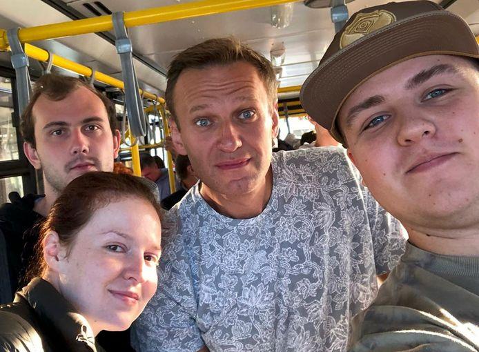 Voordat Navalny in Tomsk op het vliegtuig naar Moskou stapte, ging hij nog op de foto met medereizigers.