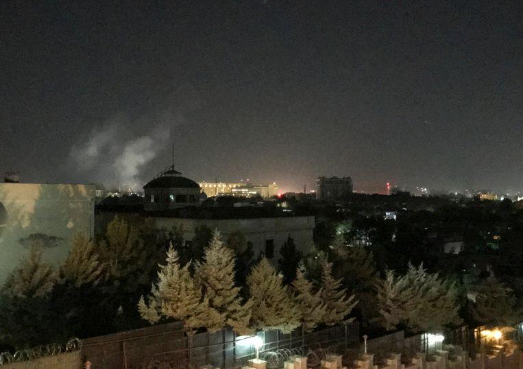 Rook stijgt op boven Kabul in de buurt van de Amerikaanse ambassade.