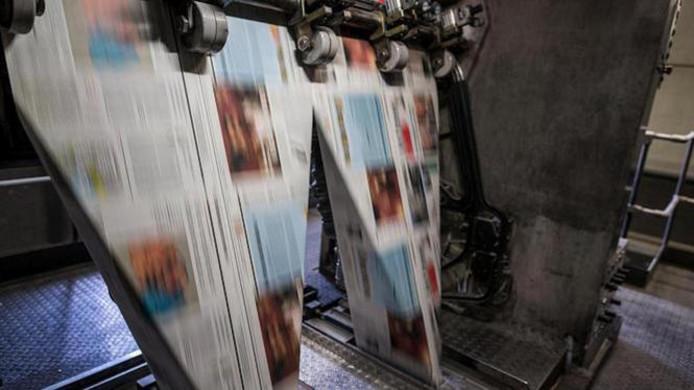 Kranten rollen van de pers.