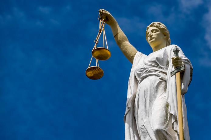 bf472abe722 Dik twee ton en tweehonderd uur taakstraf geëist voor wietkwekerij ...