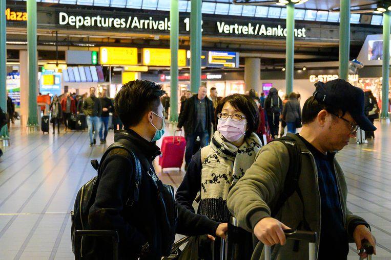 Reizigers met mondkapjes op Schiphol.  Beeld ANP