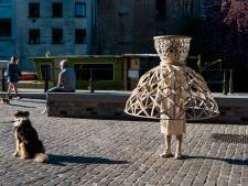 """""""Het is niet omdat we afstand moeten houden, dat we afstandelijk moeten zijn"""": ontwerper stuurt vriendin met 'social distancing-korf' de straat op"""
